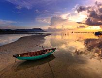 黄昏时分湖边小船摄影高清图片