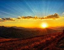 照耀到山峦的阳光摄影高清图片