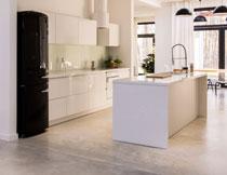 别墅房间与开放式厨房高清图片
