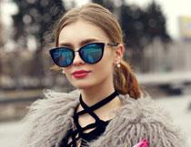 戴墨镜的美女模特摄影高清图片