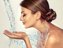 双手接着水的护肤美女高清图片