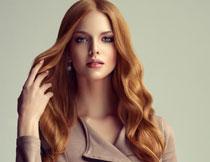 手撩着头发的美女摄影高清图片