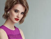 紫色无袖装扮红唇美女高清图片
