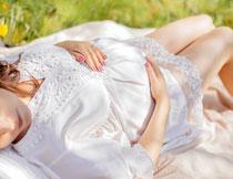 躺在草地上的孕妇特写高清图片