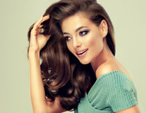 手撩着秀发的美女模特高清图片