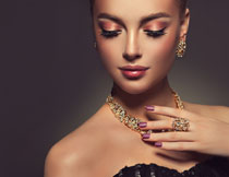 戴首饰的浓妆美女模特高清图片