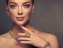 戴金色首饰的美妆人物高清图片