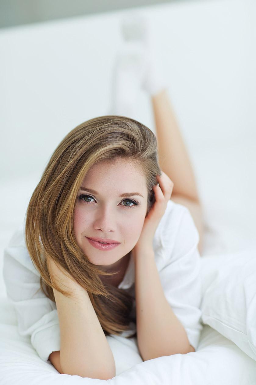 穿白色衬衫的美女摄影高清图片