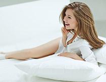 穿白色衬衫的长腿美女高清图片