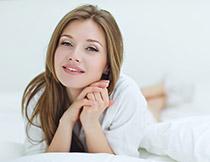 微笑开心的披肩发美女高清图片