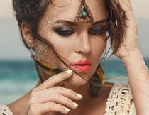 在身上沾有沙子的美女高清图片