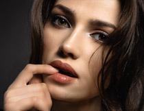 咬手指的长发美女摄影高清图片