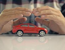 双手呵护下的汽车摄影高清图片
