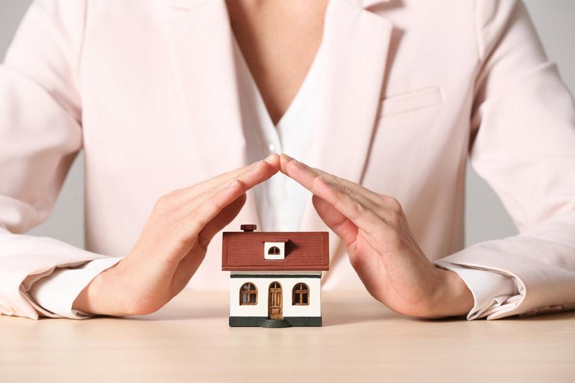 双手呵护下的房子模型高清图片