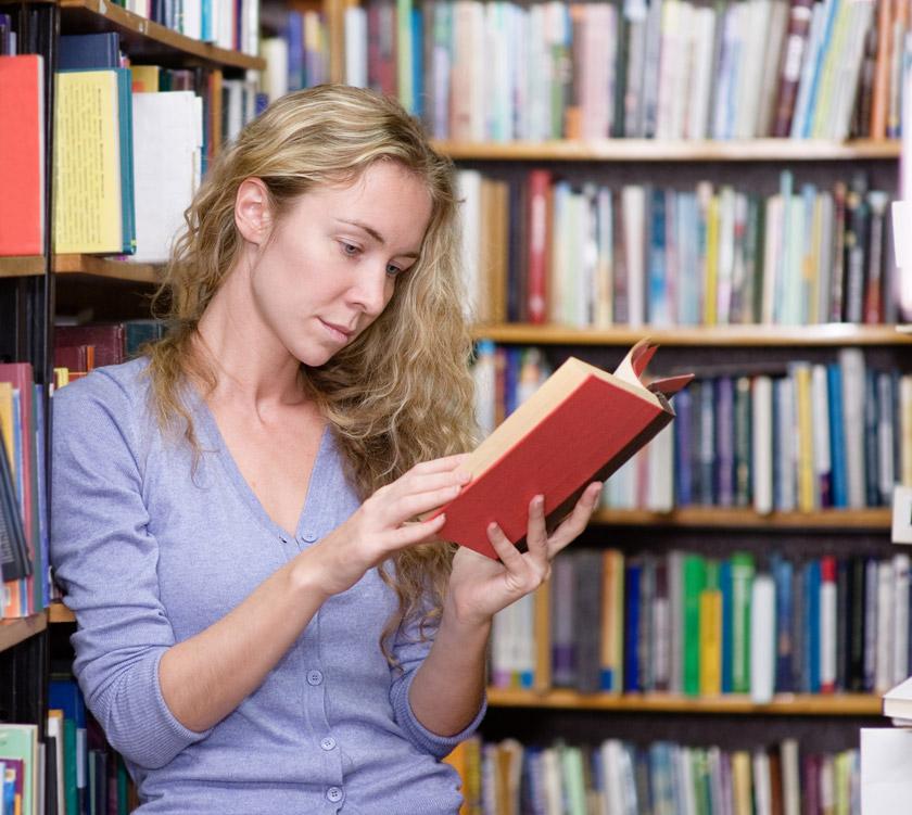 图书馆看书的美女摄影高清图片