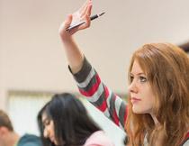 举手示意抢答的女学生高清图片