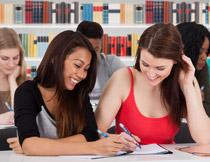 课堂上的美女学生摄影高清图片