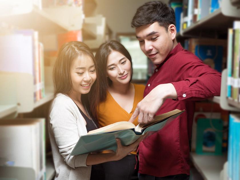 在看书交流心得的学生高清图片