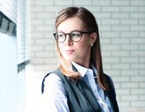 戴着眼镜的职业装美女高清图片