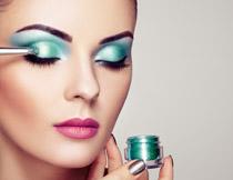 画眼影的美女模特摄影高清图片