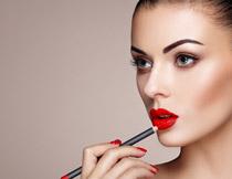 红红嘴唇美女人物特写高清图片