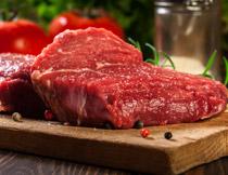 鲜红色的牛排特写摄影高清图片