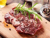 腌制后准备料理的牛排高清图片