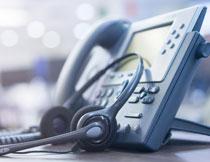耳机与电话机特写摄影高清图片