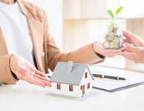 在桌上的房子模型创意高清图片