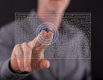 手指着迷宫的人物特写高清图片