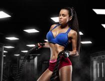 做战绳训练的美女人物高清图片