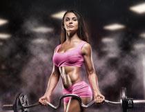 双手提杠铃的肌肉美女高清图片