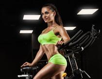 单车教室性感美女摄影高清图片