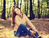 草地上的长发美女摄影高清图片