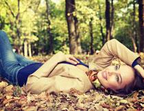 躺着的皮夹克美女摄影高清图片