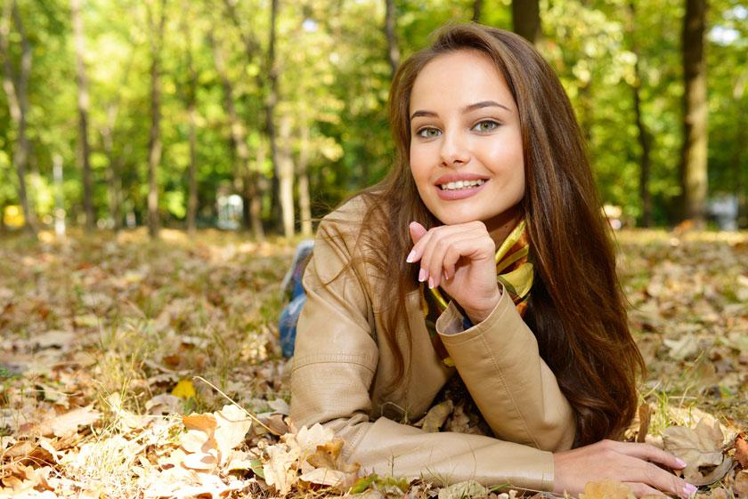 草地上趴着的美女摄影高清图片