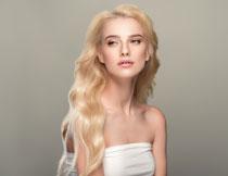白色抹胸装扮金发美女高清图片