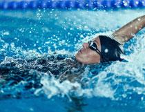 在水中仰泳的人物摄影高清图片