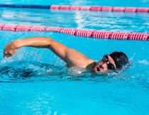 在奋力向前的游泳人物高清图片