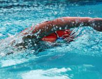在冲刺的游泳人物摄影高清图片