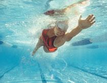 水下视角游泳人物摄影高清图片