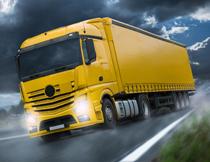 公路上的黄色货车摄影高清图片