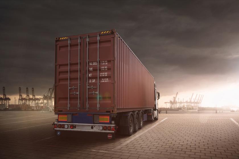 停在港口的集装箱货车高清图片