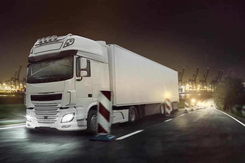 亮着灯行驶的货车摄影高清图片