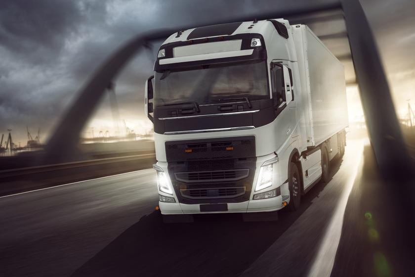 白色车身货运车辆摄影高清图片