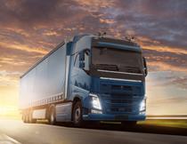 黄昏时分路上的大货车高清图片