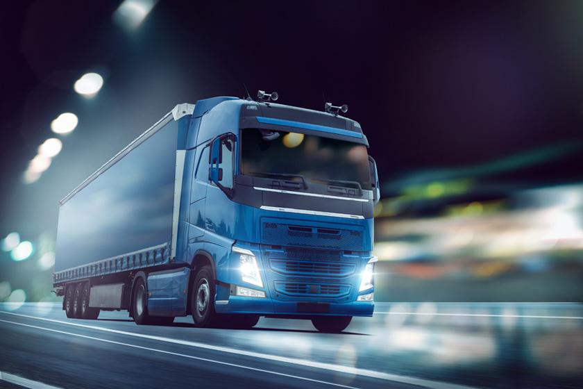 在道路上疾驰的大货车摄影图片