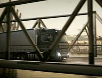 港口附近在过桥的货车高清图片